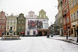 Poznański rynek: reklama marki Tommy Hilfiger na zabytkowych kamieniczkach