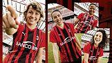 Żeńska drużyna AC Milan prezentuje stroje domowe na sezon 2021/2022
